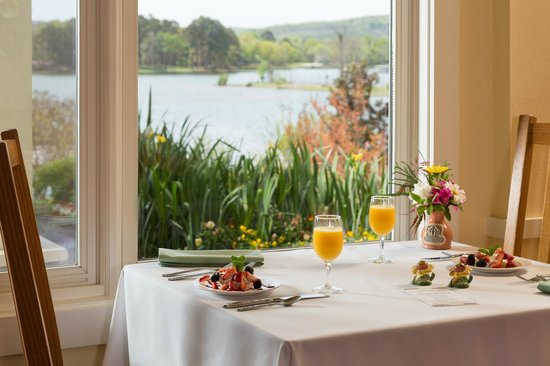 Lookout Point Lakeside Inn: Breakfast with a View in Hot Springs, AR