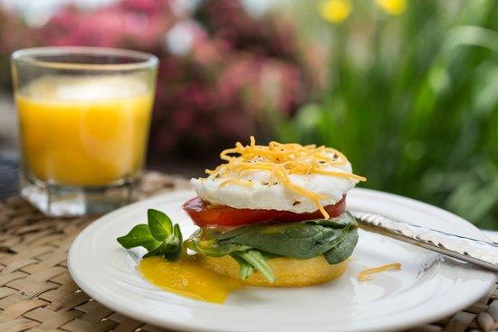 Lookout Point Lakeside Inn: Breakfast on the Patio