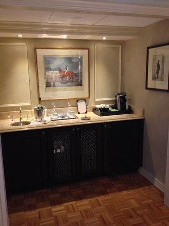 Windsor Court Hotel: Club suite wet bar