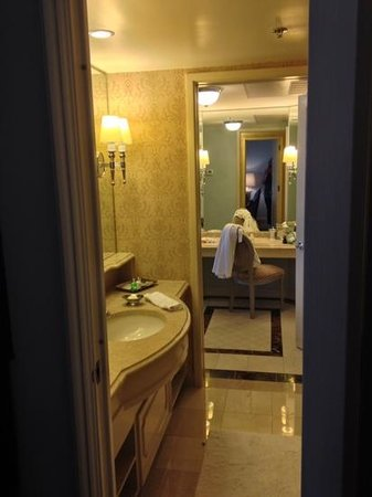 Windsor Court Hotel: bathroom to dressing room