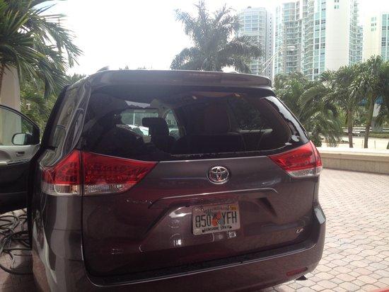 Newport Beachside Hotel and Resort: De esta manera nos entregaron el carro, como si nada hubiera pasado.