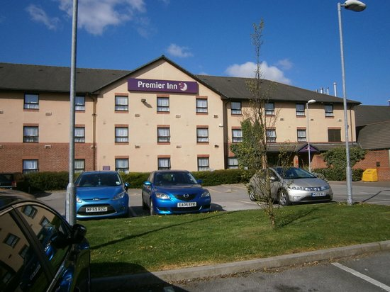 Premier Inn Chesterfield North Hotel: View from the front of the hotel