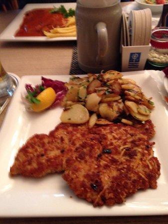 Bergmannshof: Schnitzel in Brezn-Käse Panade.