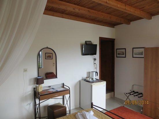 Jo Marinis Rooms : View towards loo