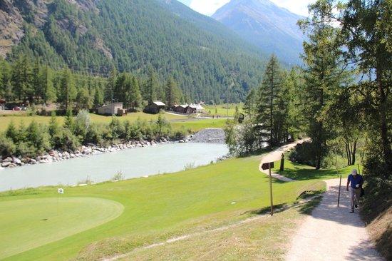 Turm Hotel & Spa Grächerhof: Das erste Loch auf dem Golfplatz Matterhorn in Täsch