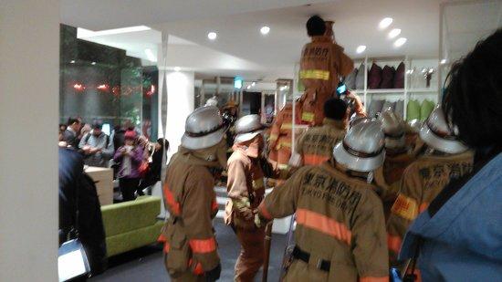 Agora Place Asakusa : Пожарные ищут задымление