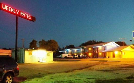 American Inn & RV Park : Night Exterior view