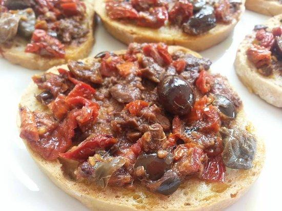 Trattoria La Loggia: Bruschetta con pomodori secchi ,olive ,capperi