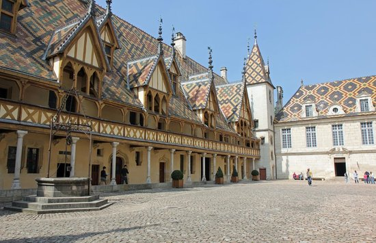 Musée de l'Hôtel-Dieu : Courtyard at Musee de l'Hotel-Dieu