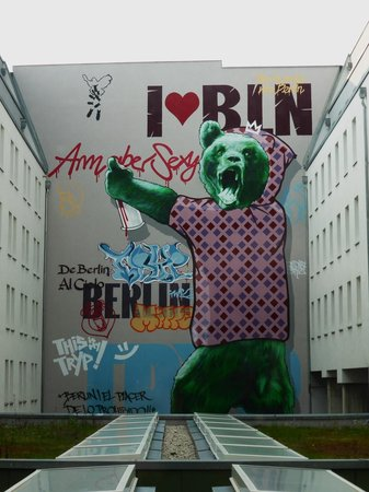 Tryp Berlin Mitte: Interesting artwork in the quad