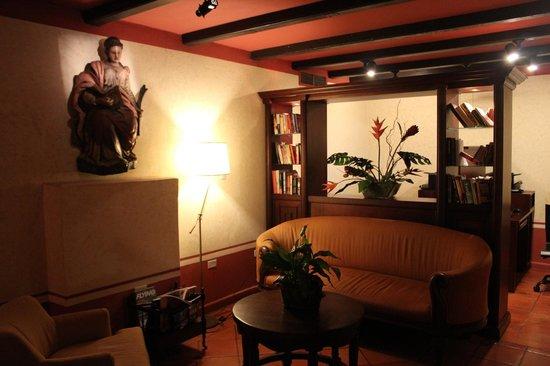 Hotel El Convento: Computers are behind the book shelves