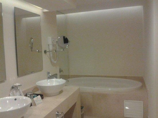 Sandos Playacar Beach Resort: vista baño, amplio  y muy cómodo