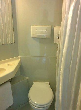 Premiere Classe Brest - Gouesnou : Salle d'eau avec WC