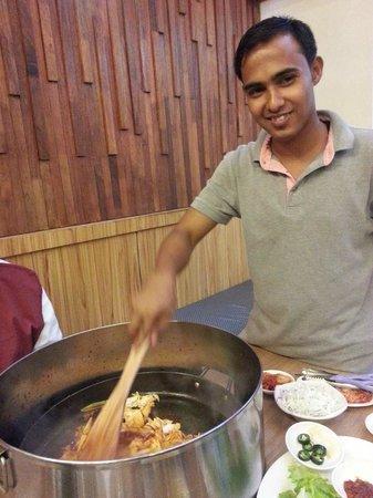 unser Koch im Mr. Dakgalbi