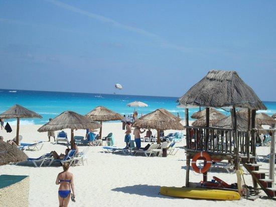 The Royal Caribbean : Playa del hotel, limpia, vigilada y atendida.