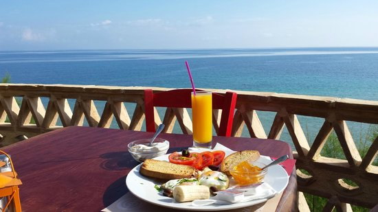 Porta del Mar Beach Hotel: Greek breakfast on the sunrise terrace