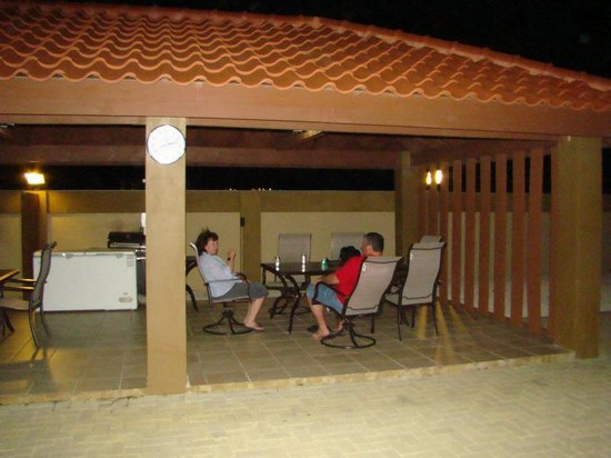Aruba Breeze Condominium: outside grill area