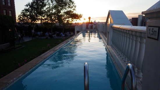 54 on Bath: Pool am Abend