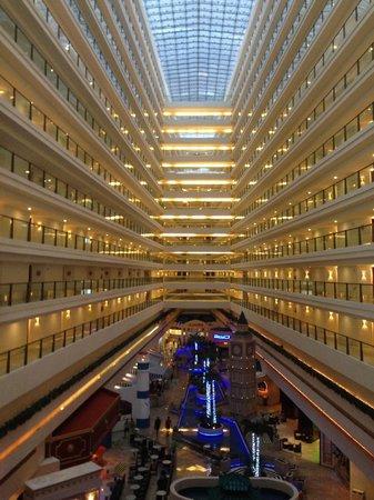 Great Parnassus Family Resort: Vista del interior del Hotel
