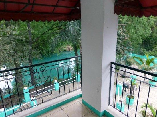Paraiso Escondido: El río (atrás) pasa a un lado del hotel