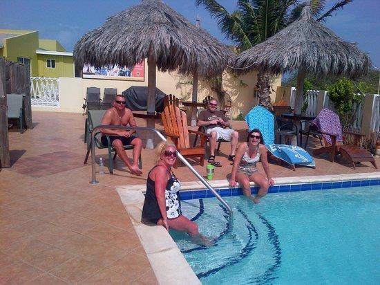 Aruba Cunucu Residence : friends around the pool