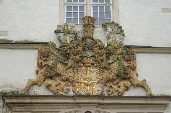 Deutschordensmuseum: Wappen über dem Hauptportal des Schlosses