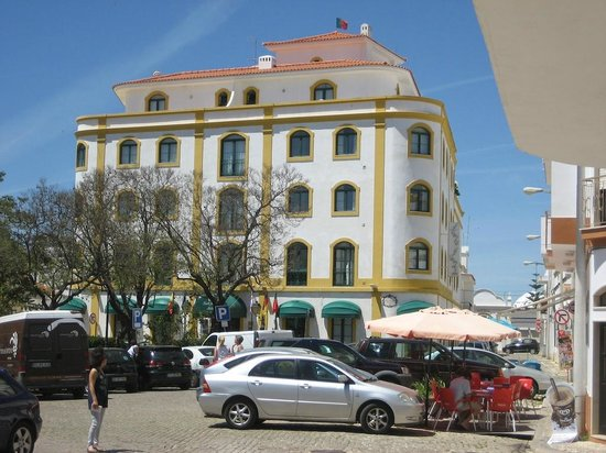 Loule Jardim Hotel : Garden square directly outside hotel entrance. Alfonso III is on the corner and serves excellent
