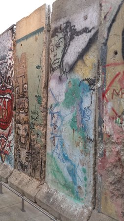 Newseum: sections of Berlin Wall