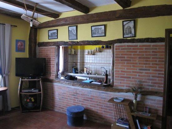 Sal n con ventana a la cocina fotograf a de al agrego sol for Cocina unida al salon