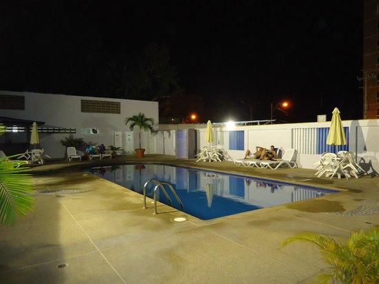 Imperial Hotel : VISTA DE LA  RICA  PISCINA
