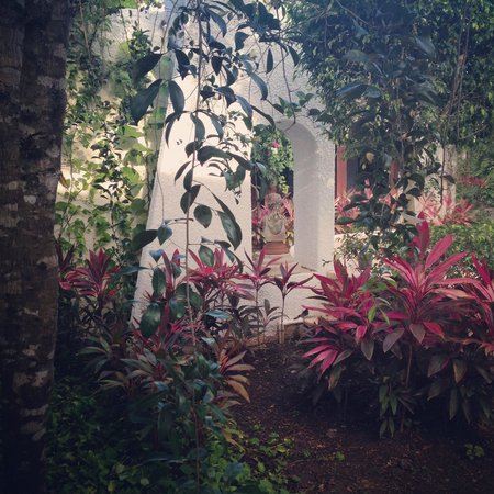 Amarte Hotel: Beautiful gardens and sculptures