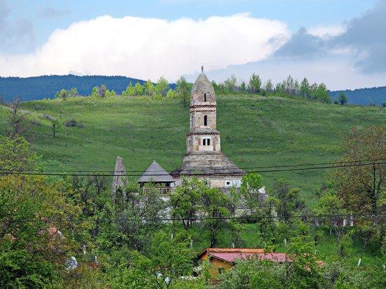 Densus Church: Gesamtansicht aus dem Dorf