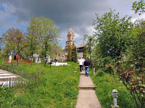 Densus Church: Eingangsweg