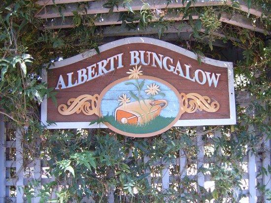 Ferrando's Hideaway Cottages: Bungalow Sign