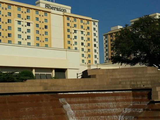 Sheraton Fort Worth Downtown Hotel : View of hotel from Water Gardens