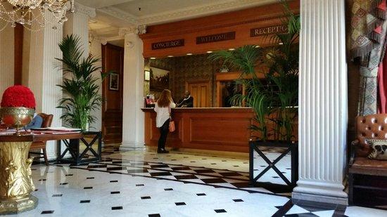 The Chesterfield Mayfair: Reception. Professionalità e cortesia