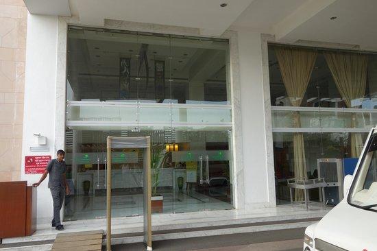 Lemon Tree Premier: hotel entrance