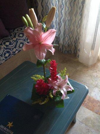 Iberostar Tucan Hotel: Fresh flowers left by staff thank you
