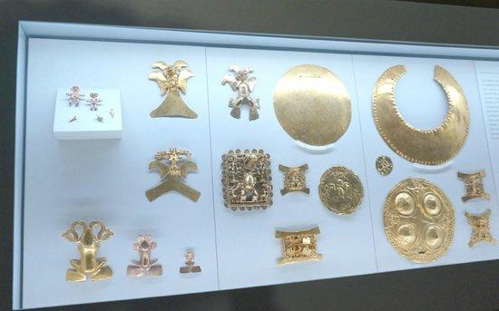 Museo del Oro Precolombino : More of the pretty gold artifacts