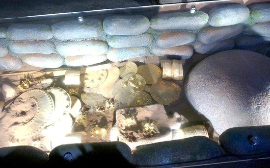 Museo del Oro Precolombino: Gold artifacts found in a tomb