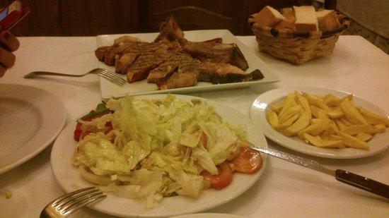 La Cantina de Elias: Chuletón y ensalada mixta