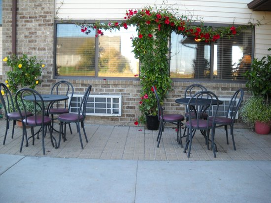 Quality Inn: Summertime Front Patio