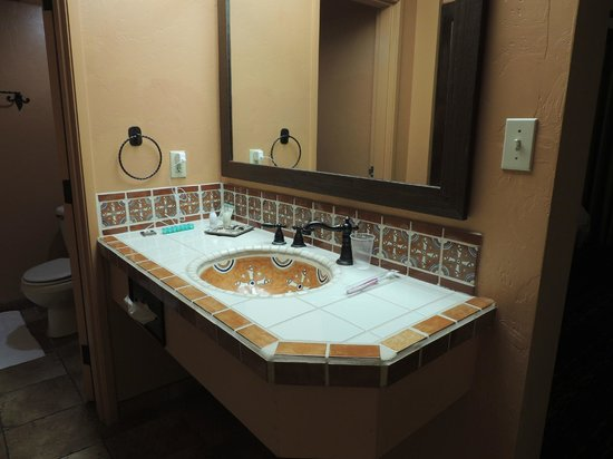 La Posada Lodge and Casitas: Saltillo tile bath