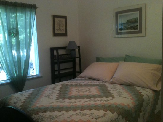 Territorial Bed and Breakfast and Barn : Bedroom with queen bed