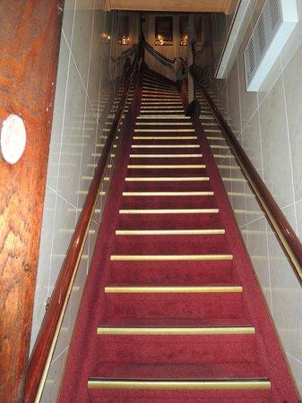 Hotel Nadia : l'escalier pour monter à la réception !
