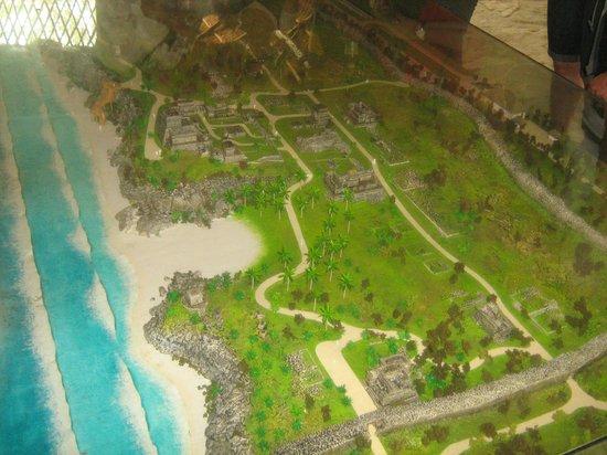 Tulum Bazaar: maqueta del lugar (ruinas mayas y playa)