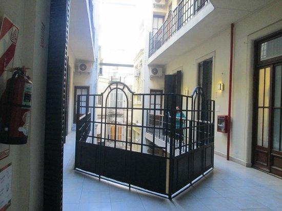 Milhouse Hostel Avenue: pasillo descubierto de algunas de las habitaciones (en otras los pasillos son cubiertos)