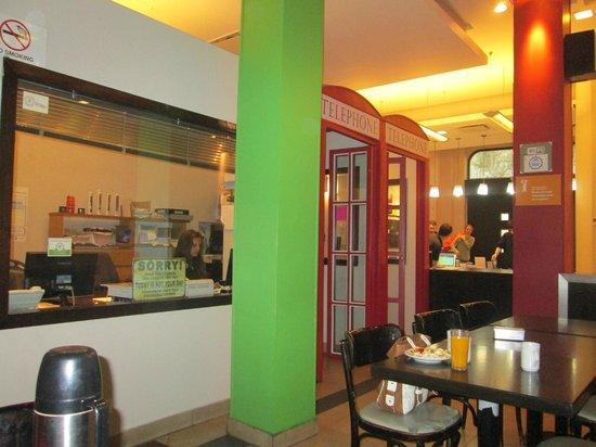 Milhouse Hostel Avenue: cabinas telefonicas y oficina del hostel