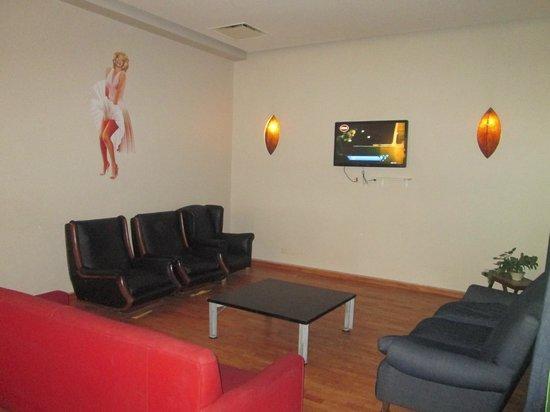 Milhouse Hostel Avenue: sillones y televisor en el subsuelo