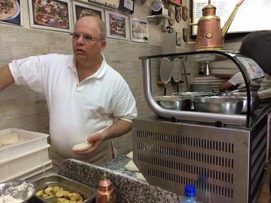 Pizzeria Add'o Guaglione: Salvatore Urzitelli, componente della nazionale italiana dei pizzaioli acrobatici.